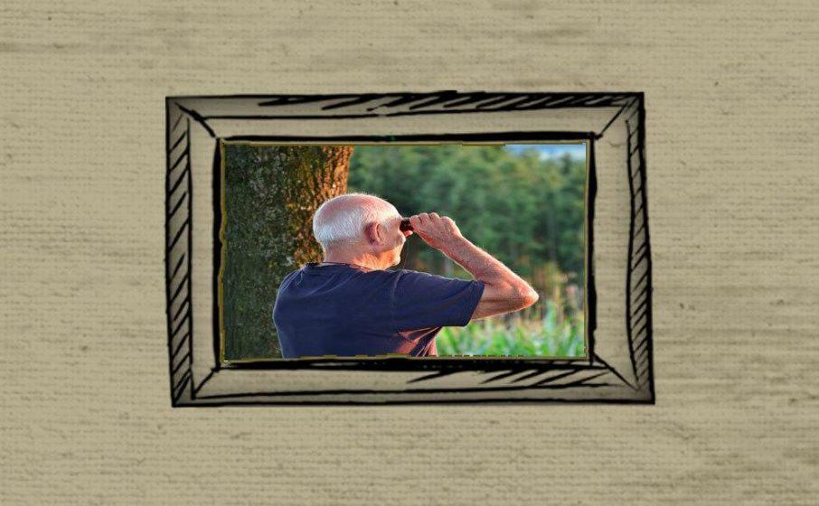 Mann mit Feldstecher